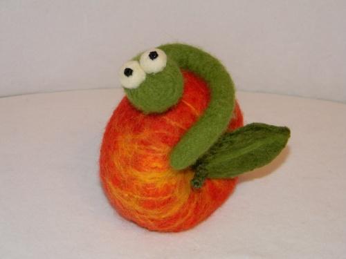 Картинки по запросу червяк в яблоке картинка